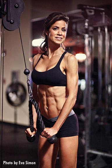 female-bodybuilder-pulldowns